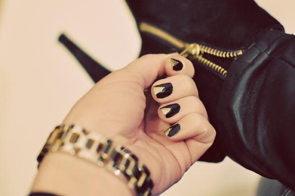 Черно-золотой маникюр совместимый с сапогами